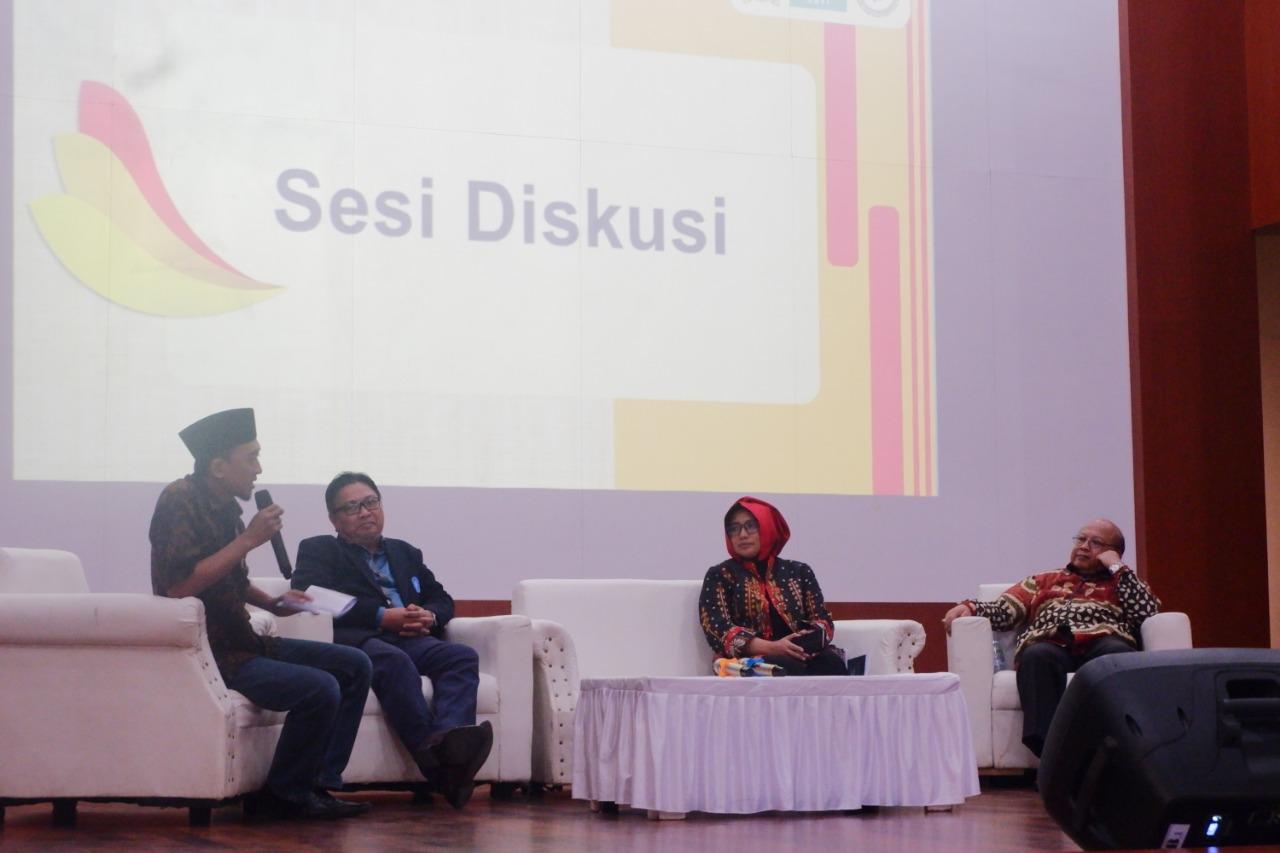 """KMNU IPB - Hari Santri Nasional yang diperingati setiap tanggal 22 Oktober ditetapkan bedasarkan peristiwa """"Resolusi Jihad"""" 74 tahun yang lalu. Peristiwa itu diinisasi oleh KH Hasyim Asyari dan KH Wahab Chasbullah yang menyatakan jihad melawan penjajah dan mempertahankan kemerdekaan adalah kewajiban kaum santri dan umat Islam pada saat itu. Peristiwa ini turut menyulut semangat perlawanan pada peristiwa 10 November 1945 di Surabaya."""
