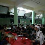 """Keluarga Mahasiswa Nahdlatul Ulama (KMNU) IPB telah menyelenggarakan acara peringatan Maulid Nabi di Koridor Media Center IPB, Fakultas Pertanian, pada sabtu (9/11). Rangkaian acaranya terdiri dari pembacaan Maulid Diba (teks sejarah dan selawat Nabi Muhammad) dan mauidhah hasanah.Pembacaan maulid diba' diiringi oleh tim hadroh KMNU IPB. Setelah itu, ada mauidhah hasanah yang dibawakan oleh Ust. Hamzah Alfarisi dan Ust. Ainun Naim. Adapun yang beliau sampaikan adalah refleksi dan esensi dari Maulid Nabi, cinta kepada Nabi Muhammad, serta pemaknaan Maulid Diba.Acara ini dihadiri lebih dari 200 orang dan disirarkan langsung melalui akun instagram KMNU IPB (@kmnuipb). """"Mahasiswa IPB ternyata punya antusiasme yang tinggi dengan tradisi perayaan Mauild Nabi sebagai wujud cinta kepada Nabi Muhammad. Ini juga bukti bahwa sebenarnya warga Nahdliyin banyak pula di IPB,"""" tanggapan M. Afifuddin A. K., ketua KMNU IPB 2019/2020"""