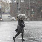 KMNU IPB - Seringkali saat musim hujan, banyak air tergenang di jalan. Ketika kendaraan lewat, wushhh tercipratlah air itu ke pejalan-pejalan kaki ataupun pengendara sepeda motor. Ketika kalian mengalami kejadian seperti yang menimpa pejalan kaki tersebut, pernahkah kalian berpikir bagaimana hukum pakaian yang terpapar genangan air tersebut? Apakah najis? Apakah masih bisa digunakan untuk sholat?Sebagai umat islam kita dianjurkan untuk meperhatikan aspek-aspek kesucian dalam sholat baik yang menempel pada pakaian yang dikenakan saat sholat maupun kesucian dari tempat sholat itu sendiri, tentunya hal tersebut berkaitan dengan sah atau tidaknya sholat. Namun, dalam islam pun dikenal juga istilah rukhsah atau keringanan. Agama yang rahmatal lil alamin ini tentunya tidak akan menyusahkan umatnya.Kembali lagi pada hukum percikan genangan air di jalan. Sebagaimana yang disebutkan dalam Kitab Al-Wajiz (Syarhul Kabir) karya Imam Al-Ghazali.قال الغزالي : يُعْذَرُ مِنْ طِيْنِ الشَّوَارِعِ فِيْمَا يَتَعَذَّرُ الإِحْتِرَازُ عَنْهُ غَالِبًاImam Al-Ghazali berkata: Pakaian yang terkena percikan lumpur maupun air dijalan karena sulitnya menghindarkan diri darinya, maka hal ini dimaafkan.Kemudian jika percikan air maupun lumpur tersebut diyakini mengandung najis, misalnya genangan air tersebut adalah luapan dari got ataupun comberan yang najis. Maka hal ini juga dimaafkan jika memang percikan tersebut sedikit. Ingat, sedikit lho ya, tidak berlaku jika kalian berguling-guling atau berendam di genangan itu.Seperti pendapat Imam Ar-Rafi'I dalam kitabnya Al-Aziz Syarhul Wajiz.وَأَمَّا مَا تَسْتَيْقِنُ نَجَاسَتَهُ فَيُعْفَى عَنِ القَلِيلِ مِنْهُ. وأمَّا الكَثِيْرُ فَلاَ يُعْفَى عنهُ كَسَائِرِ النَّجَاسَاتِJika diyakini jalan tersebut ada najisnya, maka hukumnya dimaafkan jika percikan tersebut hanya sedikit, namun jika percikan tersebut banyak maka tidak dimaafkan, sebagaimana hukumnya najis-najis yang lain. Alasan kenapa najis yang sedikit diatas dimaafkan, karena akan memberatkan jika