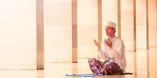 """Fathul Qorib : Fasal, Hal-hal yang membatalkan SholatHal-hal yang membatalkan Sholat ada 11 ( Fathul qorib ),yaitu:Berbicara dengan sengaja, yaitu ucapan-ucapan yang disengaja dan difahami orang lain . Berbicara selain membaca ayat Al-Qur'an walaupun hanya mengatakan """" قِ"""" yang berarti jagalah, maka itu akan membatalkan sholat.Bergerak yang berlebihan, hitungan berlebihan adalah lebih dari tiga gerakan atau satu gerakan tetapi frontal, misalnya loncat. Meskipun hanya satu gerakan, tetapi itu tidak dihitung satu gerakan karena gerakannya terlalu frontal. Yang tidak dihitung sebagai gerakan yaitu gerakan-gerakan kecil seperti gerakan jari, gerakan bibir, gerakan kelopak mata.Hadats, baik hadats kecil maupun hadats besar.Terkena najis, contohnya kotoran cicak.Terbukanya aurat, kalau terbukanya hanya sebentar kemudian ditutup itu tidak membatalkan sholat.Berubahnya niat, contohnya ketika imam salah, kemudian makmum mengucapkan tasbih ( bagi laki-laki) tetapi hanya berniat mengingatkan imam bukan diniati dzikir, maka dia sholatnya batal.Berpaling dari kiblat, Imam Syafi'i menggunakan acuan dada, ketika dada berpaling dari kiblat maka sholatnya batal.Tertawa terbahak-bahak sampai badannya ikut bergerak-gerak.Makan, contohnya ketika sebelum sholat seseorang makan terlebih dahulu. ketika sholat, terdapat sisa makanan yang tertinggal di gigi , kemudian sisa itu ditelan, maka sholatnya batal.MinumMurtadFasal,Dalam sholat fardhu itu ada 17 rokaat, 34 sujud, 94 takbir, 9 tasyahud, 10 salam, 153 tasbih, dan jumlah rukun sholat fardhu ada 126. Orang yang tidak kuat untuk berdiri, maka diperbolehkan sholat dengan duduk, yang paling afdhal adalah duduk seperti duduk iftirasy. Jika tidak kuat duduk maka sholat dengan tidur miring, lambung kanan berada di sebelah bawah dan miring menghadap kiblat, jika tidak mampu maka menggunakan isyarat.Fasal, perkara yang ditinggalkan ketika sholat.Jika perkara wajib yang ditinggal atau rukun sholat, maka harus ditambah dan disempurnakan sesuai de"""