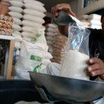 Harga gula ketahanan gula sudah ditentukan pada angka Rp 12.500/kg sedangkan harga gula rafinasi jauh dibawah harga yang ditetapkan yaitu berkisar Rp 4000-5000/kg. memang untuk saat ini gula impor tentu lebih efektif dalam tataran bahan baku dan pengolahan menjadi gula. Namun, hal ini merupakan ancaman terhadap ketahanan pangan bidang gula. Ancaman tesebut berupa ketergantungan terhadap gula impor yang sewaktu-waktu bisa mahal harganya karena kita tidak mampu berproduksi lagi. Kondisi pertebuan saat ini tentu sudah lebih naik dari tahun 2016. Mengingat pada tahun tersebut efek la nina mnyebabkan hujan terus menerus. Memang dalam segi produktivitas tergolong besar namun dalam hal rendemen menjadi kecil. Luas areal tebu menurun secara signifikan dalam 20 tahun terakhir. Terutama setelah diberlakukannya Undang-undang yang membebaskan pemilik lahan untuk menanam sesuai keinginan mereka. Alih fungsi lahan produktif menjadi bangunan sudah menjadi ancaman yang menjadi kenyataan. Pusat industri, pembangunan infrastruktur dan perumahan sudah menggeser tanaman-tanaman pangan terutama tebu. Perluasan areal tebu sangat sulit dilakukan karena persaingan antar komoditas palawija dan hortikultura sangatlah tinggi. Tidak hanya itu, areal kas desa terkadang sudah terlebih dahulu dipesan untuk ditanam komoditas bukan tebu. Mau tidak mau tanaman tebu beralih ke lahan-lahan marjinal. Silakan datang ke wilayah-wilayah kerja pabrik gula jika ingin bukti secara nyata. Tenaga kerja semakin sulit manjadikan biaya garap semakin tinggi. Sehingga harga pokok produksi menjadi kalah bersaing dengan negara-negara lain. Tenaga yang sedikit ditambah kebutuhan tenaga kerja komoditas lain tentu membuat upah buruh semakin mahal. Perlu adanya kebijakan nasional terkait industry gula dari hulu hingga hilir. Harga ditekan subsidi dicabut tentu paradigma menuju swasembada gula semakin jauh karena petani sebagai mitra sejati pabrik gula menganggap bisnis tebu kurang menguntungkan lagi. Kalau hal ini sampai